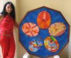 L'artista Tiziana Moretti con una sua opera