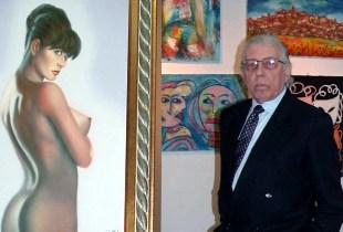 L'artista Elirio Picchio tra le sue opere